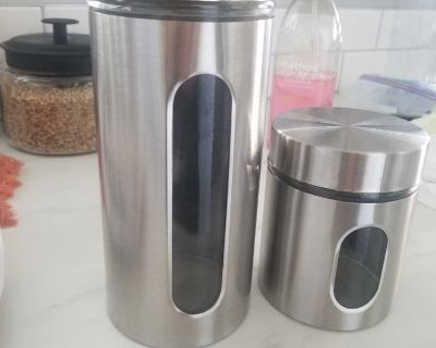 2 Food Storage Containers
