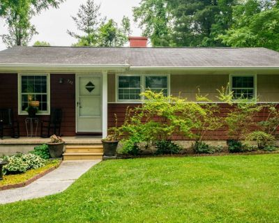 Cozy Red Cottage Close to Everything - Hendersonville