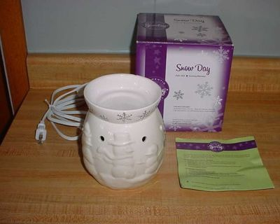 SCENTSY Branded Snow Day Full-Size Ceramic Electric Wax Warmer Complete With Bulb. A Beautiful Design Of Snowmen & Snowflakes. This...