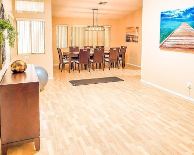 Beautiful house 7 min from the strip w/ Office - Paradise