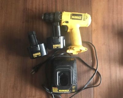 Dewalt 9.6 V drill with 2 batteries and charger