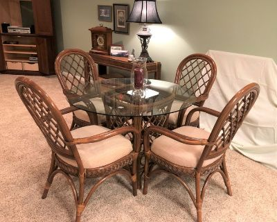 INTERIOR RATTAN / WICKER ROUND TABLE & CHAIRS - LIKE NEW!