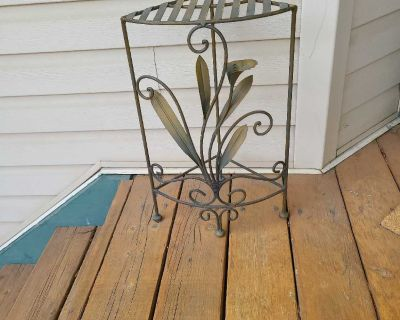 Metal stand with lily design