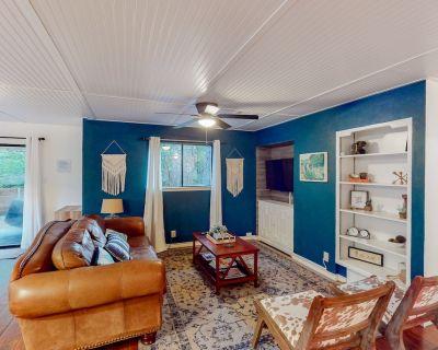 Fully updated retreat w/ a furnished patio near AT&T Stadium & Globe Life Field - Arlington