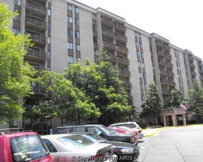 Condominium - 1 room / bath available