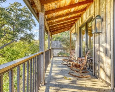 Beautiful Cabin w/ Reclaimed Wood Details and Private Hot Tub! - Fredericksburg