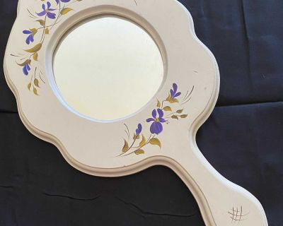 Great little mirror for a girls room. 18 long and 10 wide. $10.00