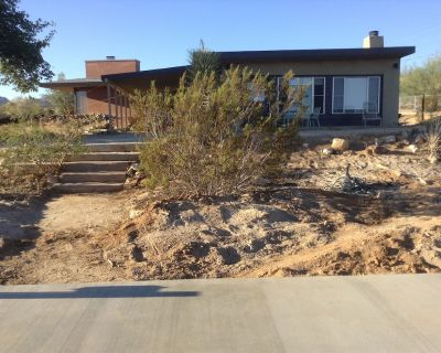 Modern Guest House - Vintage Records, Hot Tub, 4+ Acres, Wifi, Cable, Views! - Joshua Tree