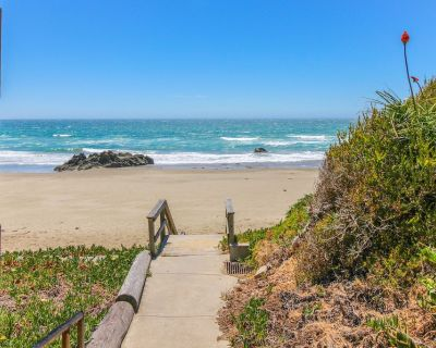 Oceanfront home w/ patio & picnic area - steps from beach, close to downtown! - Cayucos