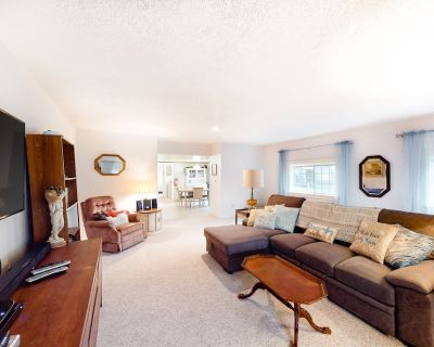 Dog-Friendly Home w/ Private Washer & Dryer, Free WiFi - Close to Seaside Beach! - Seaside