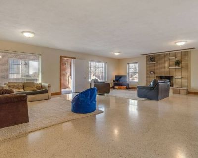 Enormous 5 Bedroom Condo Centrally Located Great Location - Lindenwood Park