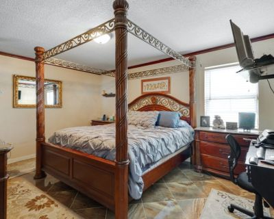 BEAUTIFUL CALIFORNIA KING 4 POST BEDROOM SET WITH DRESSER AND SIDE TABLES