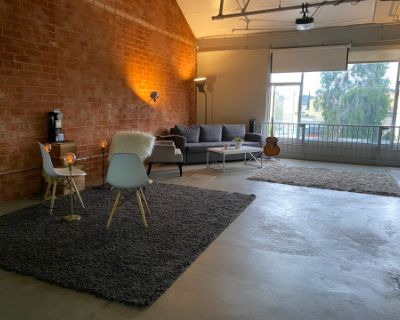 Versatile Industrial Loft Meeting Space w/ vibrant roof top view!, North Hollywood, CA