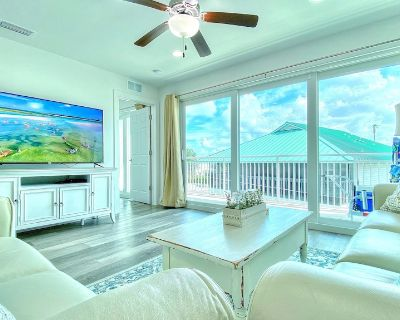 Luxuriously Outfitted and Stylish Seaside Haven Just Across the Street From Beachfront! - Madeira Beach
