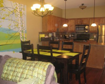 Birchnest at Settler's Crossing, 2 BR, 2 Bath Ski In/Out with private hot tub - Sun Peaks