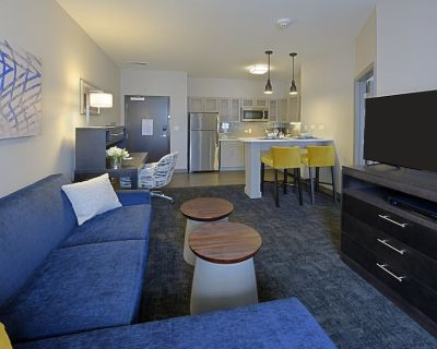 Executive Suite w/ King bed. Free Breakfast. Business Center Access. - Little Rock Medical District