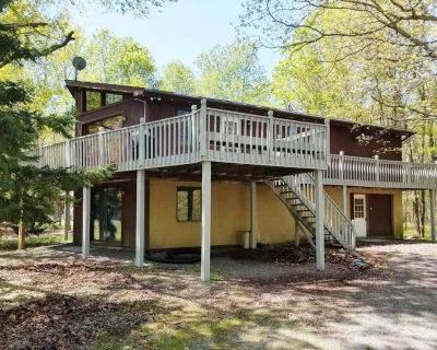 5-bdrm Pocono chalet near lake, hiking, pool! TOWELS AND LINENS INCLUDED! - Albrightsville