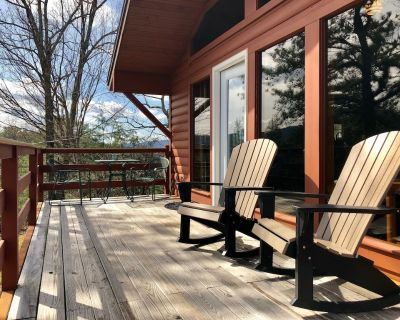 Mtn Views! Major Remodel-Hot tub-2 Fireplace-King Bed-WiFi-Dog Friendly - Pigeon Forge