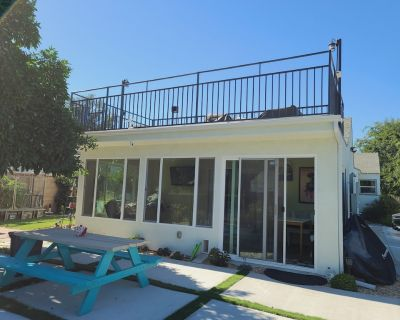 NEW HOME WITH PRIVATE BACKYARD, JACUZZI & ROOFTOP- minutes to Universal Studio - North Hollywood