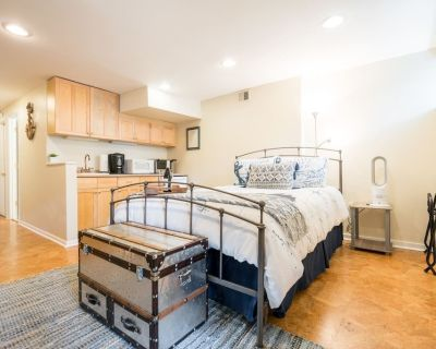 Captain's Quarters, an efficiency apt on Queen St - Old Town West