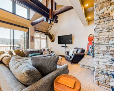 Perfectly Rustic Lodge W/ Private Hot Tub, Great Location, Ping-Pong - Big Sky Meadow Village