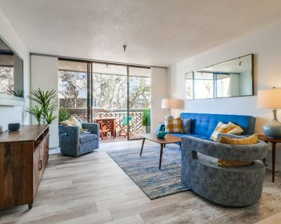 Beach n` Bay Getaway with Balcony, Grill and Parking - Mission Beach