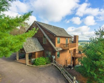 Ski Area Home w/Hot Tub, Stone Fire Pit, Pool Table, & Gas Grill! - McHenry