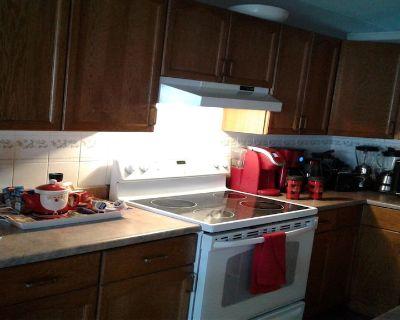 Double bed with own cable TV/locked door/continental breakfast - Main floor - Northwest Edmonton