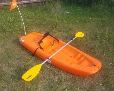 PELICAN SOLO CHILDREN'S 6' KAYAK WITH PADDLE IN LIKE NEW CONDITION