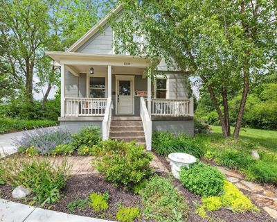 Bungalow Beauty minutes from attractions - Overland Park