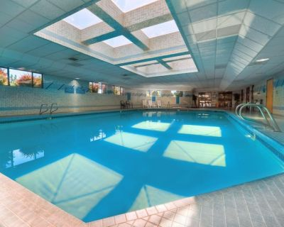 Portland Getaway! Two Comfy Units, Pool, Gym and Near Attractions - Parkrose