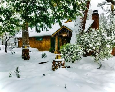 """Peaceful Pines """"Cricket Retreat: Lovely Pet Friendly Mountain Home w/ Spa - Idyllwild"""