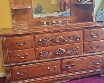 Bedroom Set, triple dresser, two nightstand and two lamps