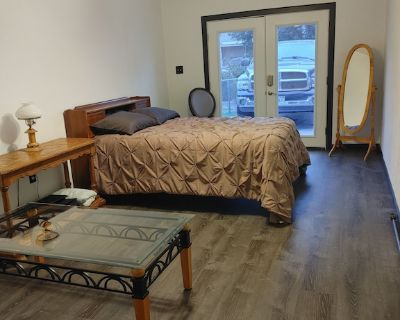 Close to airport, 420 friendly, private entrance - Security-Widefield