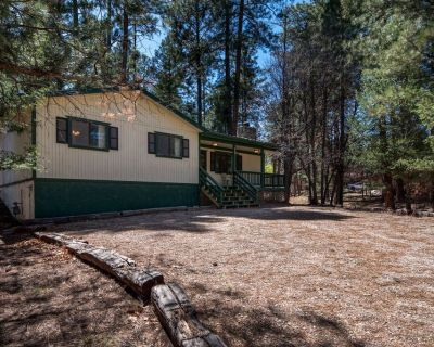 Caudle! This 3/2 cabin is has a lovely hot tub and is close to Midtown! - Ruidoso