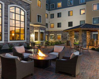 1 Bedroom Suite Near Folsom Lake! Shared Pool + BBQ Grills - Folsom