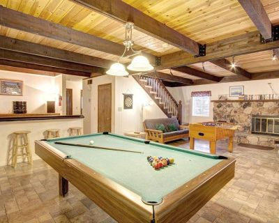 Only 5 Miles to Lakes, Skiing and Casinos, Fun Tahoe Cabin in the Woods with Pool Table, Hot Tub, Wet Bar & Foosball Table - Pioneer Trail