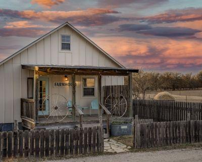 The Farmhouse @ Spotted Sheep Farms - Close to Town & Wine - Fredericksburg