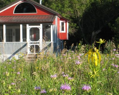 Redpath Retreat- enjoy the quiet beauty of the prairie in this private cottage - Wheaton