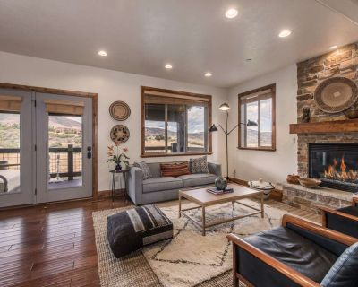 Modern Luxury w Private Hot Tub & Home Theater 2 Mins to DV Lift, Keyless Entry, Gorgeous Views - Heber City