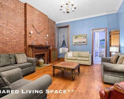 Shared room with shared bathroom - Sherman Oaks , CA 91423