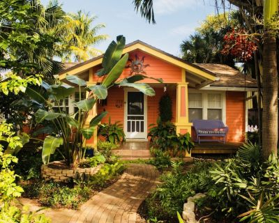 Whimsical Saffron&Rose Garden Cottage in Historic Parrot Cove - Parrot Cove