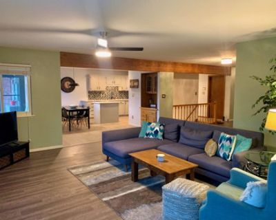 Stylish Duplex Close to Amenities and Mountains