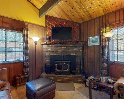 Charming home w/ full kitchen & wood stove - minutes to ski slopes! - Summit Estates