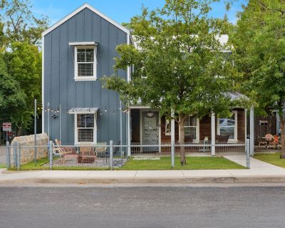 LOCATION! Main Street! Custom Built Farmhouse with firepit, grill, & coffee bar. - Fredericksburg
