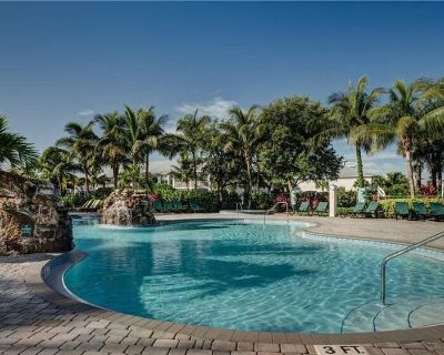 Top Floor Golf Course View, Close to Downtown Naples AND Marco Island - Naples