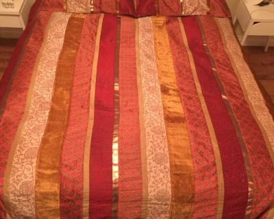 Queen Size Beautiful duvet cover with 2 pillow shams. Matching shears are free.