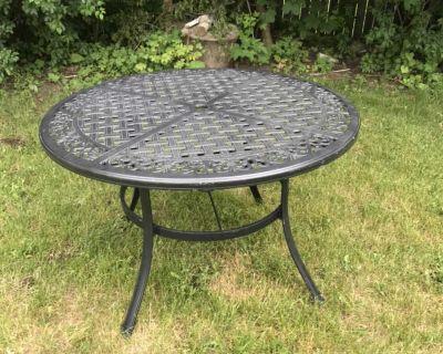 Cast aluminium patio table