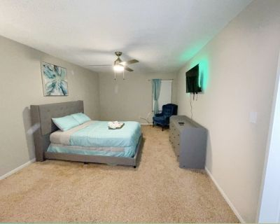 Clean Luxury 2brm apartment with balcony - Marietta