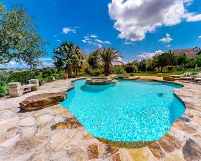 Deluxe vacation home overlooking golf course with pool/spa, dog-friendly! - Kerrville